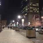 夜の高層ビルとともにワルシャワの街中を歩く