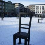 ヴィスワ川を渡った南側に位置するポドグージェ地区にあるズゴディ広場(ゲットーの英雄広場)の椅子のモニュメント