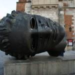 クラクフ中央広場付近にある頭のモニュメント 世界遺産