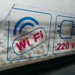 Lux Expressの車内にてWi-Fiとコンセントが使用できるという表示