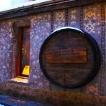 旧市街に佇む古風なカフェテリア