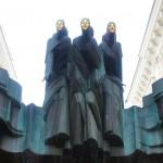ゲディミナス通りに突如として現れる3人のモニュメント