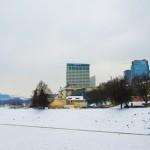 橋のど真ん中からビリニュスの新市街を眺める冬景色