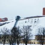 雪に包まれた丘の上の城博物館を遠くから