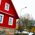 ガルヴェ湖に囲まれている色とりどりの家