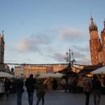 クラクフ中央広場 クリスマスマーケットにて多くの人で賑わいを見せる