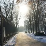 ワルシャワの朝日を浴びながら凍結した小道を歩く
