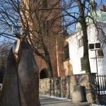 旧市街マリア像のモニュメントと後ろに聖母訪問教会