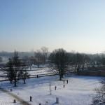 旧市街の丘からの銀世界の眺めと子供達の雪遊びとともに