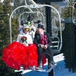 結婚10年を祝って、スキー場で永遠の愛を誓う