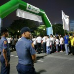 行進を見守る警官たち