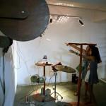 手前の歯車を回すと奥の楽器が鳴り出す仕組みの作品