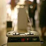 レトロなテープレコーダーを使った作品。奥のレコーダーと長いテープで繋がっている