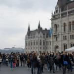 観光客と国民でごった返す国会議事堂前