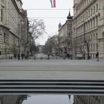 革命の日を祝うべく飾られたハンガリーの国旗。国会議事堂前にて