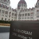 1956年10月25日の記念日のモニュメントと一緒に国会議事堂を背に