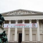 革命の日を祝うべく飾られた旗と国立博物館