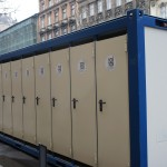 観光客と国民でごった返すために備え付けられたこの日のための簡易トイレ