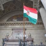 ステファン大聖堂の前に飾られたハンガリーの国旗