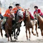 伝統競技「コクボル」で騎馬民族の技を競う