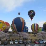 渡良瀬バルーンレース、空に色とりどりに熱気球