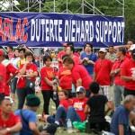 ドゥテルテ大統領支持の横断幕とお揃いのシャツを着た参会者