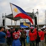 ステージ前で国旗を振る参加者