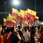 旗を振りドゥテルテ大統領を支持する参加者たち