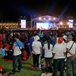 涼しい夜になると、より多くの参加者が会場に詰めかけた