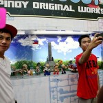 フィリピンをモチーフにしたジオラマ前でセルフィーを撮る入場者たち