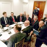 6日、米フロリダ州パームビーチの別荘マールアラーゴで、 テレビ会議システムを通じ、シリア攻撃に関する国家安全保 障チームの説明を受けるトランプ大統領ら(AFP=時事)