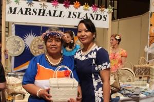 常陸宮妃華子殿下に贈呈した『キリバッグ』を持ち記念撮影するシャコ・キジナー駐日マーシャル諸島共和国大使夫人(左)ら=19日、東京都港区のホテル