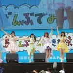 「Kawaiian TVスペシャルイベント」に登場したアイドルグループのマジカル・パンチライン=21日、那覇市の波の上うみそら公園