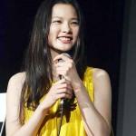 舞台あいさつした映画「STAR SAND ─星砂物語─」の主演女優の織田梨沙さん=22日、那覇市の桜坂劇場