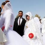 みんなで幸せに、戦火を逃れて合同結婚式