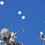 サンピエトロ広場に舞い上がった弔いの風船