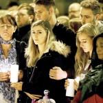 英テロから1週間、雨の中でテロ犠牲者を追悼