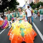 ロハス大通りをパレードするダンスチーム