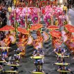 ロハス大通りをパレードするダンスグループ
