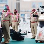 世界でも珍しい警察ロボットがラマダンで活躍