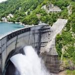 関西電力の黒部ダムで恒例の観光放水が始まる