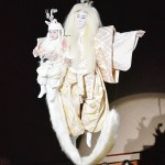 市川海老蔵さん親子が花道の上を「空中飛行」