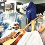 インド人の30代男性、ギター弾きながら脳手術