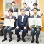 国際物理五輪で受賞した高校生らが文科省訪問