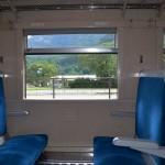 旧型客車・スハフ42の社内。さすがにシートは新しいものに取り換えられて、よく整備されている。吸い殻入れは外されていた。このタイプの旧客は設備がいい方で、急行にも使われていた。