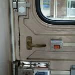 扉は自動ではないが、走行中は鍵がかかって開かない。現代では当然の仕掛けだが、かつては開けっ放しでも平気で走っていたものだ。