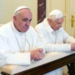 フランシスコ・ローマ法王(左)と前法王ベネディクト16世