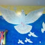 日越の画家ら、平和を願い白いハトの壁画