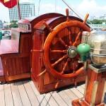 綺麗に塗装された舵輪