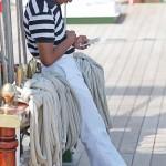 甲板上で携帯電話をいじる船員